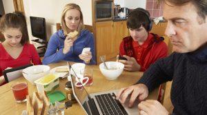 teknoloji-bagimliligi-ve-aileye-zararlari